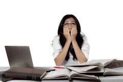 Estudiante nervioso que estudia para el examen Imagenes de archivo