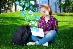 Estudiante o colegiala adolescente que usa el ordenador portátil con diverso appli Imagen de archivo libre de regalías