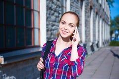 Estudiante o colegiala hermoso que habla en el teléfono móvil Imagenes de archivo