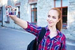 Estudiante o colegiala hermoso que hace la foto del selfie en el pH elegante Fotografía de archivo libre de regalías