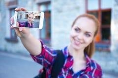 Estudiante o colegiala hermoso que hace la foto del selfie en p móvil Imagen de archivo libre de regalías