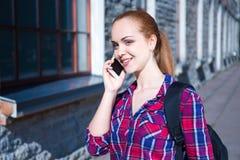 Estudiante o colegiala que habla en el teléfono móvil Fotografía de archivo libre de regalías