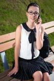 Estudiante o colegiala sonriente que habla en el teléfono móvil Fotos de archivo libres de regalías