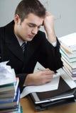 Estudiante o escritura del hombre de negocios algo en el papel en blanco sh Imagen de archivo libre de regalías