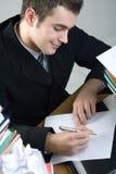 Estudiante o escritura del hombre de negocios algo en el papel en blanco sh Imagen de archivo