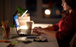 Estudiante o mujer que mecanografía en el ordenador portátil en el hogar de la noche Imagenes de archivo