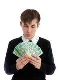 Estudiante o trabajador que mira efectivo Imágenes de archivo libres de regalías