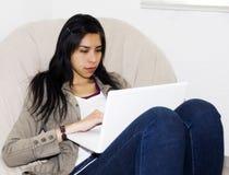 Estudiante ocasional con la computadora portátil Imagenes de archivo