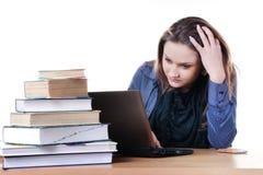 Estudiante pensativo del netbook y de los libros Imagenes de archivo