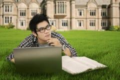 Estudiante pensativo en el parque Fotografía de archivo libre de regalías