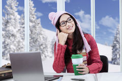 Estudiante pensativo que estudia en casa Fotografía de archivo