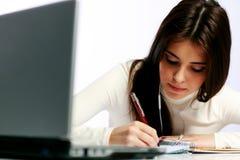 Estudiante pensativo que hace su preparación Imágenes de archivo libres de regalías