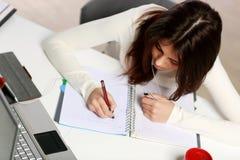 Estudiante pensativo que hace su preparación Foto de archivo