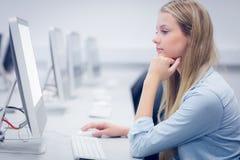 Estudiante pensativo que trabaja en el ordenador Imágenes de archivo libres de regalías