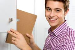 Estudiante por el armario de la escuela Fotos de archivo libres de regalías