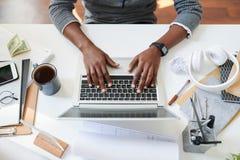 Estudiante por el ordenador port?til foto de archivo libre de regalías