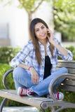 Estudiante Portrait de la raza mixta en banco del campus de la escuela Fotos de archivo