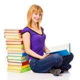 Estudiante precioso con una pila de libros, aislada Foto de archivo