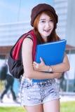 Estudiante precioso de la High School secundaria en la escuela Fotografía de archivo