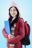 Estudiante precioso en la ropa caliente que lleva el bolso Imagen de archivo