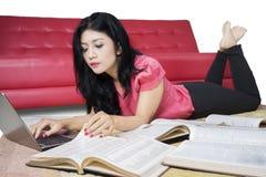 Estudiante precioso que hace la preparación en la alfombra Fotografía de archivo