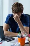 Estudiante preocupante con el ordenador Fotografía de archivo libre de regalías