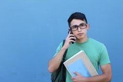 Estudiante preocupante en una llamada de teléfono Imágenes de archivo libres de regalías