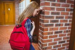 Estudiante preocupante que se inclina contra la pared Imagenes de archivo