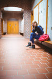 Estudiante preocupante que se sienta con la mano en la cabeza Imagen de archivo libre de regalías