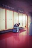 Estudiante preocupante que se sienta con las manos en la cabeza Fotos de archivo