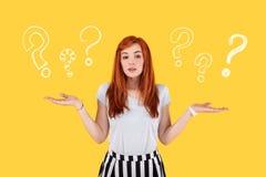Estudiante preocupante que tiene muchas preguntas después de graduar de la universidad imagenes de archivo