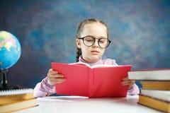 Estudiante primario caucásico bonito Girl Read Book imagen de archivo libre de regalías