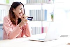 Estudiante, propietario de negocio, empresario o freelancer asi?tico atractivo feliz joven sonriendo y sentando en casa la oficin imagen de archivo