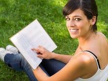 Estudiante que aprende del libro Imagen de archivo