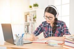 Estudiante que aprende en línea con los auriculares Fotografía de archivo