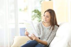 Estudiante que aprende leyendo un cuaderno Imagen de archivo libre de regalías