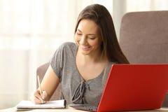 Estudiante que aprende y que toma notas sobre línea Foto de archivo