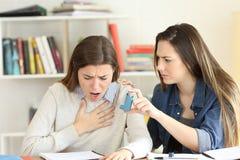 Estudiante que ayuda a su amigo asmathic Imagenes de archivo