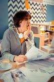 Estudiante que bosteza mientras que hace mucha preparación imagen de archivo libre de regalías