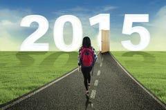 Estudiante que camina al futuro Imagenes de archivo