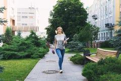 Estudiante que camina en parque Imagen de archivo