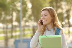 Estudiante que camina y que invita al teléfono Fotos de archivo libres de regalías