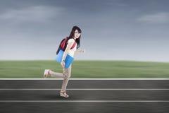 Estudiante que corre en pistas Fotos de archivo