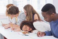 Estudiante que dormita durante una clase Foto de archivo libre de regalías