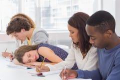 Estudiante que dormita durante una clase Imagen de archivo libre de regalías