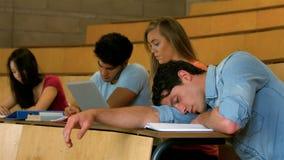 Estudiante que duerme durante la lección metrajes