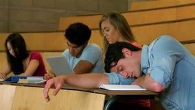 Estudiante que duerme durante la lección almacen de metraje de vídeo