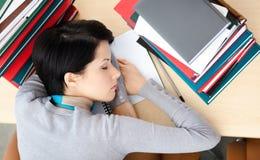 Estudiante que duerme en el escritorio fotos de archivo