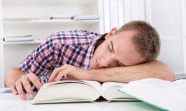 Estudiante que duerme en el escritorio Foto de archivo libre de regalías