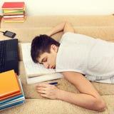 Estudiante que duerme en el sofá Imagen de archivo libre de regalías